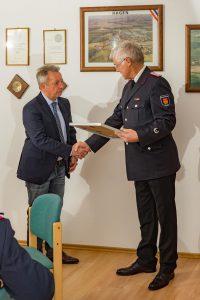 Kai Hauschildt ernennt Ehrenbürgermeister Holger Klose zum Ehrenlöschmeister.